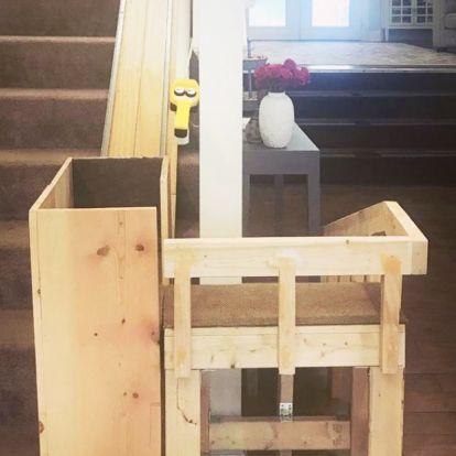 Lépcsőzniük sem kell a lakásban: felvonót épített idős kutyáinak a gazdi