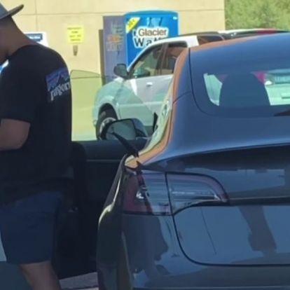 Ezen a srácon nevet az autós világ, mert szegény nem értette, miért nem tud benzint tankolni a Teslába! – VIDEÓ