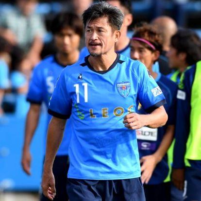 A japán vasember, aki zsinórban az ötödik évtizedben játszott profi futballmeccsen