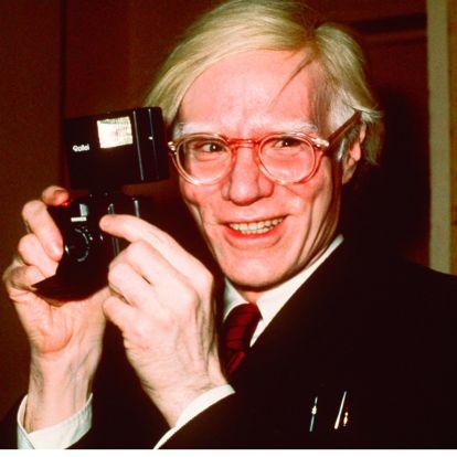 No nos puede gustar más el actor que dará vida a Andy Warhol en su nuevo biopic