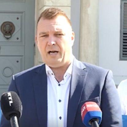 A Sándor-palota elől üzenték meg Ádernek, hogy csak egy ócska Orbán-bábu