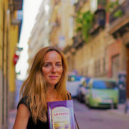 """La escritora Aurora García Mateache, autora de """"La Finca"""": """"El Rey no puede dedicarse todo el día a dar titulares"""""""