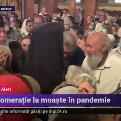 Ereklyét csókolgattak és maszkot sem viseltek egy temesvári templomban, miközben az egészségért imádkoztak