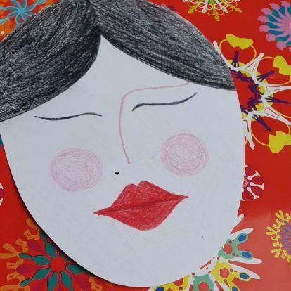 Készségfejlesztés kreatívan: Frida Kahlo stílusát idéző portré virágkoszorúval