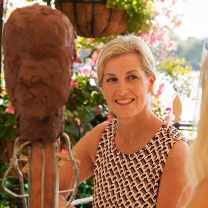 La Condesa de Wessex hace historia posando durante una sesión en vivo de escultura