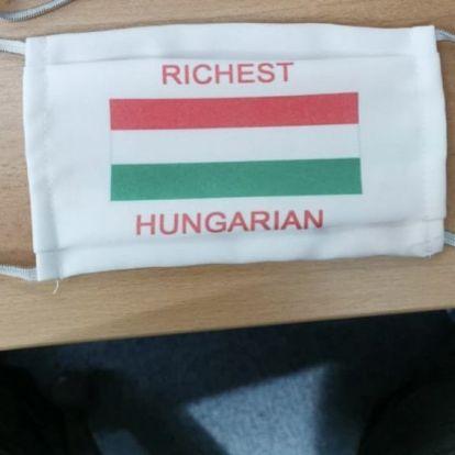 A DK ezt a különleges maszkot ajándékozta Orbánnak