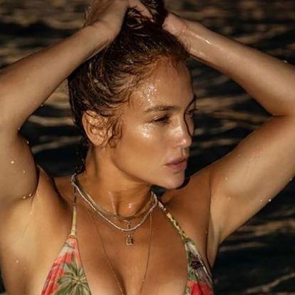 Jennifer Lopez 51 évesen posztolt magáról egy bikinis fotót, és úgy tűnik, megállt az idő