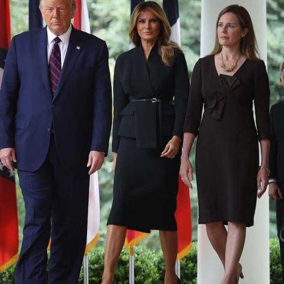 Del blanco al negro: Melania Trump ha estrenado la versión más otoñal de su traje con efecto 'fit'