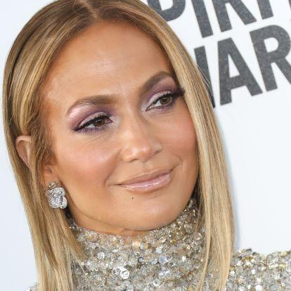 Az 51 éves Jennifer Lopez még dínós pulcsiban is dögös: csak ritkán láthatjuk ennyire felöltözve