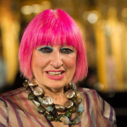 A 80 éves divattervező nem a tipikus nagyikülsőt hozza: Zandra Rhodes a rózsaszín hajat is bevállalja
