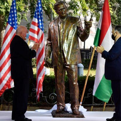 Felavatták George Bush szobrát a Szabadság téren