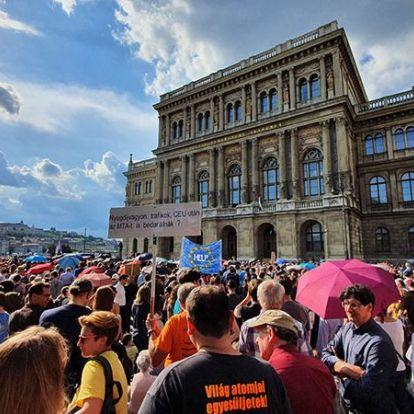 A fideszesek megszavazták, januártól az akadémiai kutatók sem közalkalmazottak többé