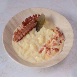 Tejfölös krumplifőzelék sült virslivel és bacon morzsákkal