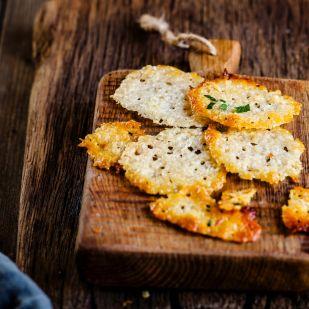 Így készül a legfinomabb, ropogós sajtchips házilag