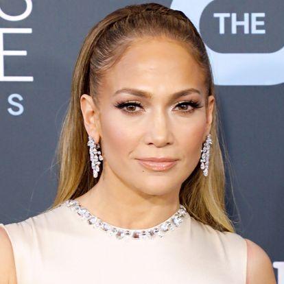 Az 51 éves Jennifer Lopez ünnepi szettjét érdemes eltenni az ötletek közé: végre, nem csak a flitter kerül elő