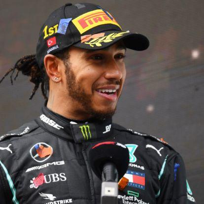 Sainz: Egyforma autóban is kevés ember tudná legyőzni Hamiltont