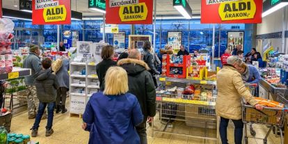 Hatalmas zsúfoltságot okozott a boltokban Orbán agyrém idősávja