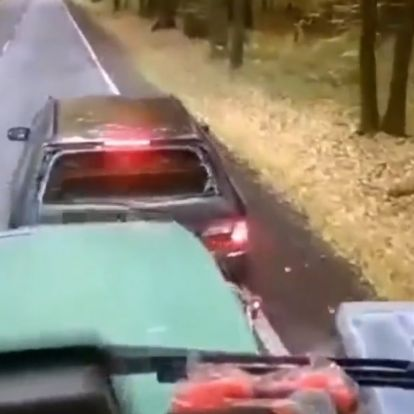 Büntetőfékezett a mercis egy traktor előtt, nagyon hamar megbánta