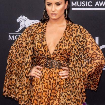 Demi Lovato csillámmal kente be a striáit, hogy így ünnepelje meg a testét