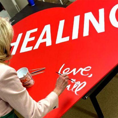 La primera dama Jill Biden inunda de corazones la Casa Blanca y nos enamora por San Valentín