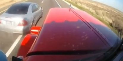 Két autó is egy kamionnak csapódott egy igen furcsa balesetben (videó)