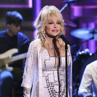 Dolly Parton oltáshoz viselt felsőjét mintha pont erre a célra találták volna ki