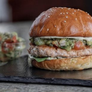 Együnk lazacburgert, mert még a látásunkat is javítja: íme a legfinomabb recept!