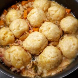Megmaradt egy kis tyúkhúsleves? Készíts belőle tárkonyos ragut főtt gombócokkal! Recept