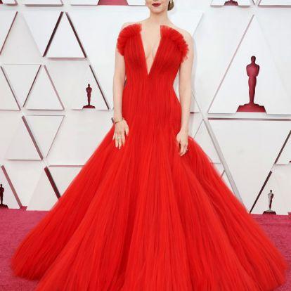 Helyigényes szoknyák, karanténsikk és eleven műalkotások a vörös szőnyegen: a 2021-es Oscar-gála leg-leg-leg ruhái