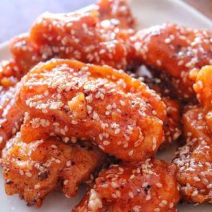 Szezámmagos-mézes-chilis csirkefalatok