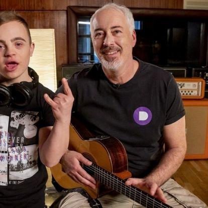 Hajós András nem akárki oldalán tért vissza új dallal - Videó
