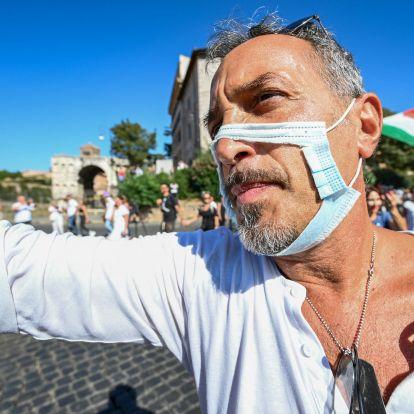 Maszkot húznak a járványtagadók, hogy a beoltottak ellen védjék magukat