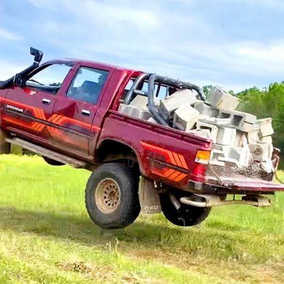 Hihetetlen kínzásoknak teszik ki ezt a Toyota Hiluxot