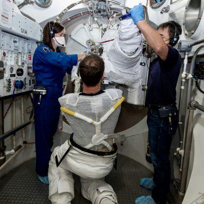 Végre lehet űrruhát tisztítani a Nemzetközi Űrállomáson (csak nem vízzel, hanem mikrobákkal)