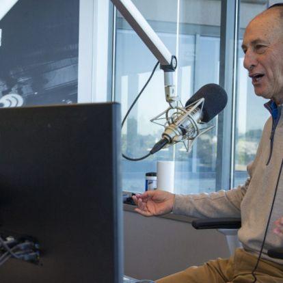 Egy 71 éves rádiós kiviharzott a stúdióból, mert nem poénkodhatott Demi Lovato nem-bináris személyéről