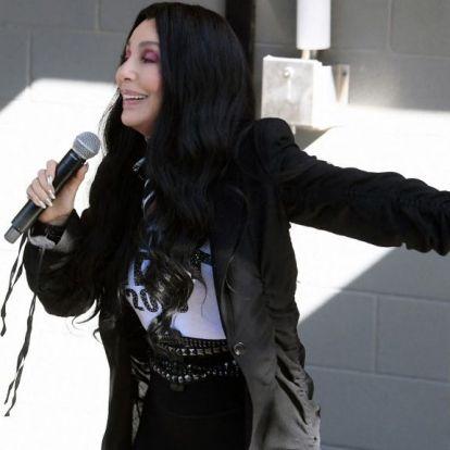 A Mamma Mia és a Forrest Gump alkotói készítik Cher életrajzi filmjét