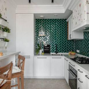Szép lakásberendezés 69m2-en drága anyagok nélkül is, háromszobás otthon fehér és zöld színekkel, növényi mintákkal