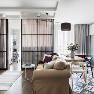 Gyermeket még nem tervező fiatal pár 45m2-es lakásának kialakítása, üvegfallal leválasztott hálóval