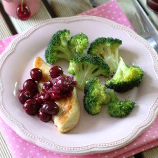 Csirkemell vörösboros meggyel és sült brokkolival