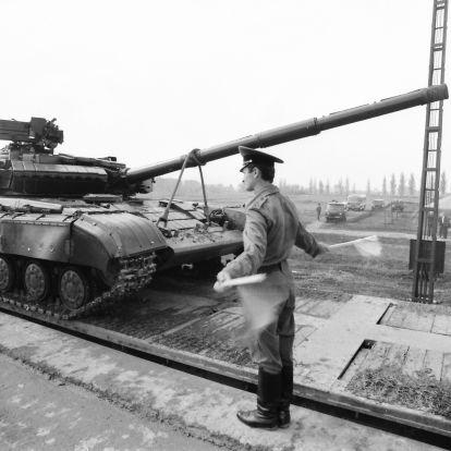 """""""Kisfiam, nézd! Kimennek az oroszok!"""" – Harminc éve hagyta el az utolsó szovjet katona Magyarországot"""