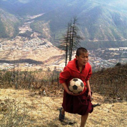 A bhutáni király beállt focizni, és minden kapura lövése tapsot aratott az összes játékos és a hivatalos nézők körében