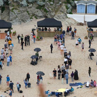 Gordon Ramsay és műsorának stábja beletrappolt egy tengerparti esküvőbe