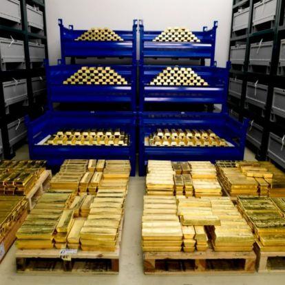 Orbán és Matolcsy aranyrudakat néz – miért növelték 63 tonnával az aranytartalékot?