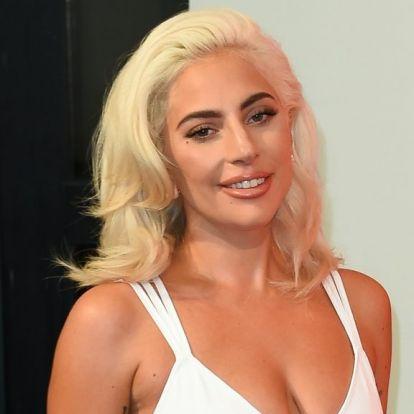 Nem teljesen világos, hogy Lady Gaga miért pózol asztalra emelt lábbal