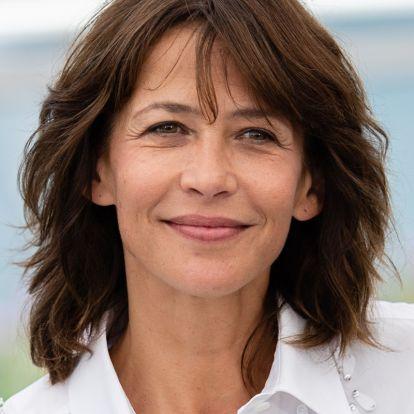 Az 54 éves Sophie Marceau szimpla farmerban is észbontóan sikkes: a francia stílus minden csínját ellesheted tőle