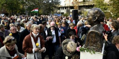 """Őrsiék szobrot állítanak a """"kivéreztetett"""" II. kerületben a Göncz-házaspárnak"""