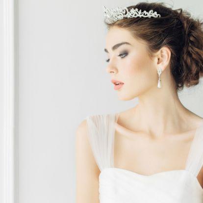 Nem lesz túlzás a tiara, ha így kerül fel a fejre: letisztult esküvői frizurák, melyek kifinomult eleganciát sugároznak