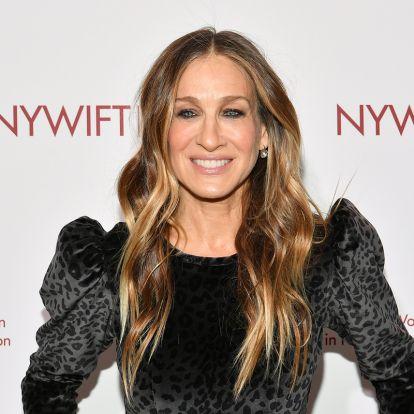 Az 56 éves Sarah Jessica Parker ősz hajjal alakítja Carrie-t: a nőiesség számít, nem az, hogy fiatalabbnak tűnjön