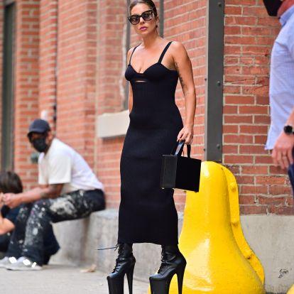Olimpiai számot érne, hogy Lady Gaga egyensúlyozni tud ebben a magassarkúban