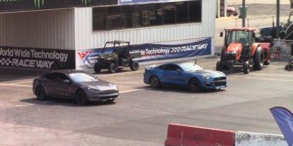 Tegyék meg tétjeiket: Tesla Model S Plaid vs. Shelby GT500